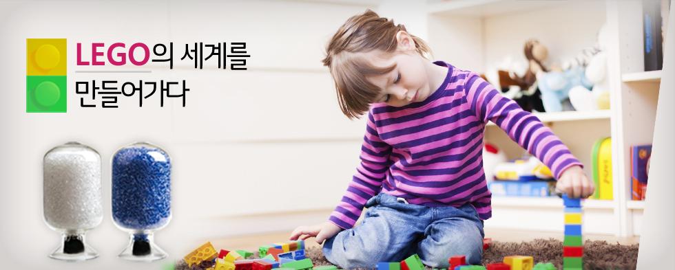 어린여자아이가 방에서 바닥에 흩어진 플라스틱 블럭을 가지고 놀고 있는 모습(카피) LEGO의 세계를 만들어가다