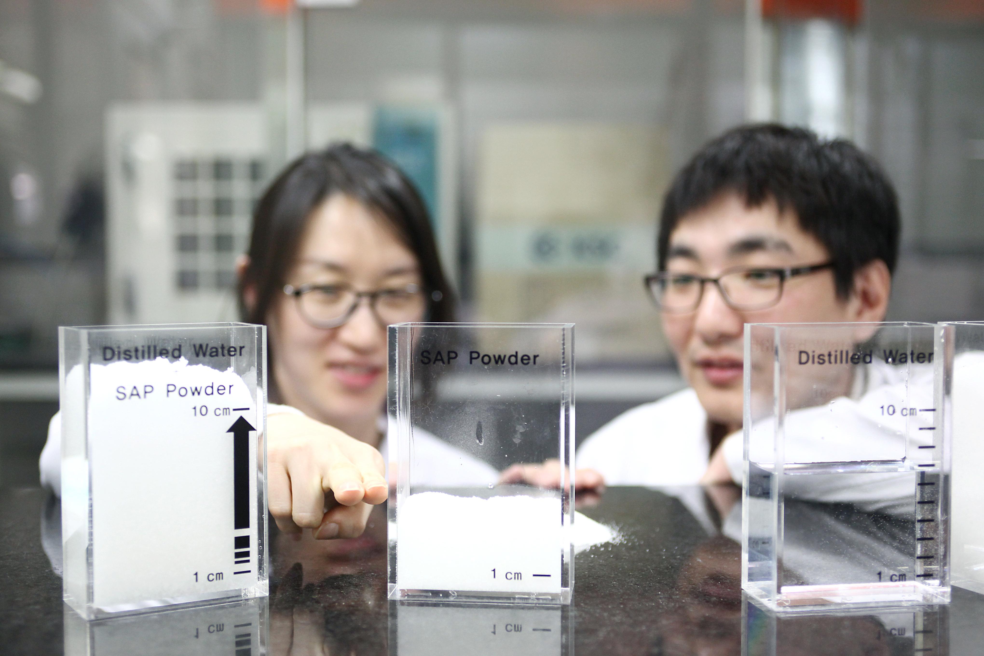 두명의 연구원이 SAP으로 실험으로 하고 있는 모습