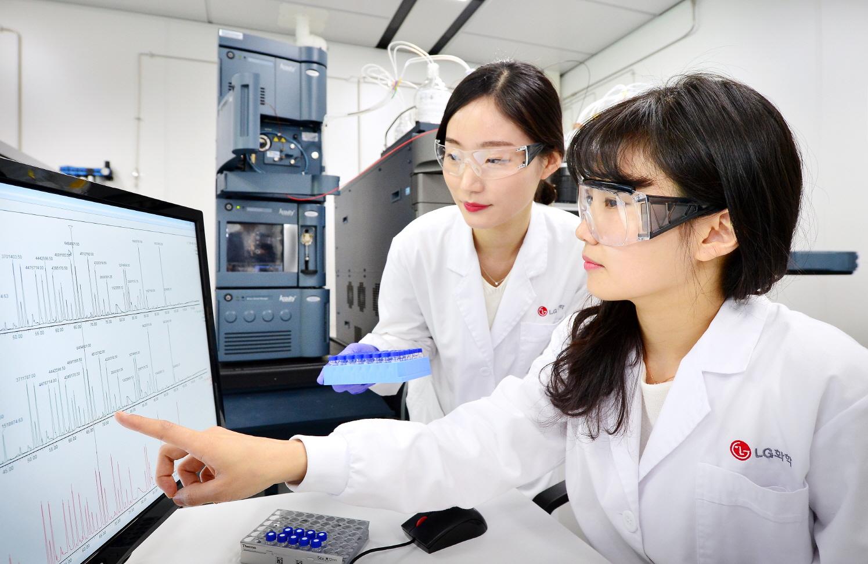 LG화학 생명과학사업본부 연구원들이 바이오분석을 수행하고 있다
