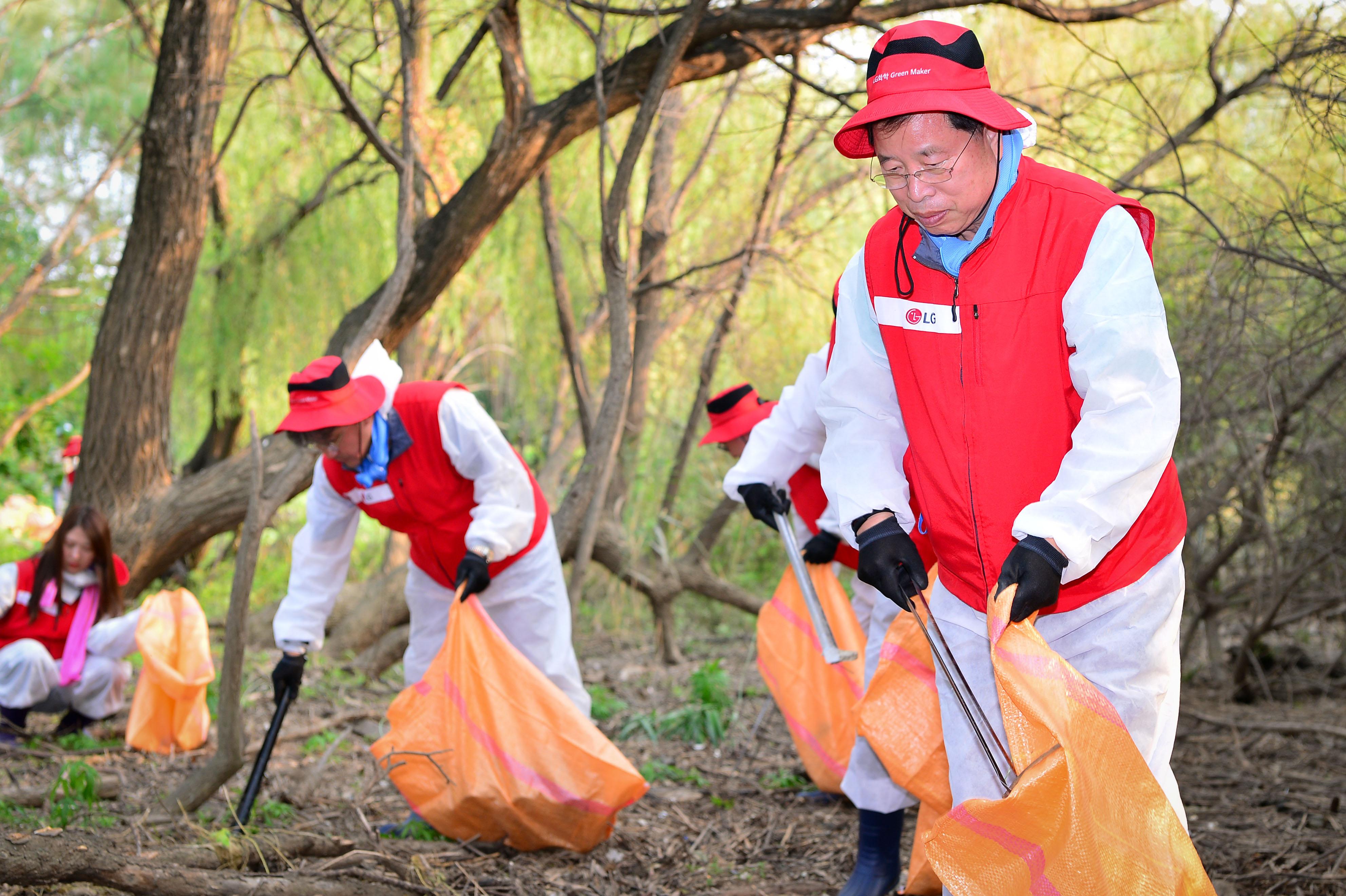 박진수 부회장이 밤섬 환경정화를 하고 있는 모습