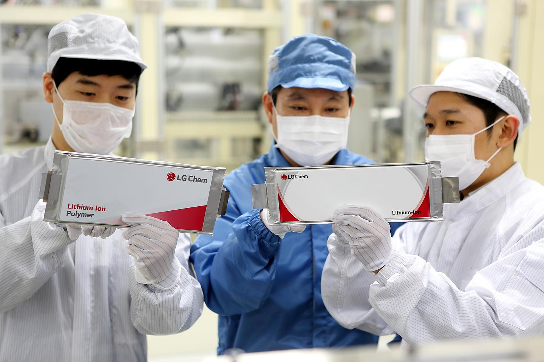 LG화학 오창공장에서 임직원들이 전기차 배터리를 점검하고 있다.